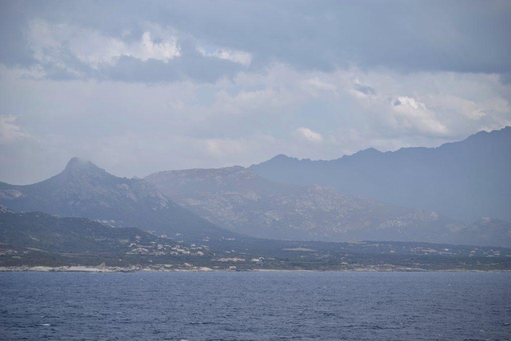 Côte Corse dans la brume
